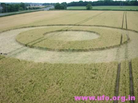 圆环外围更大的圆的英国麦田怪圈Sompting西萨塞克斯26/06/05的图片