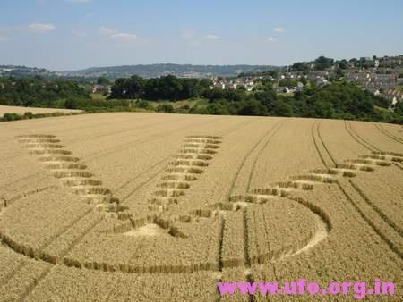 1个金字塔和3条直线小圆的英国麦田怪圈Clays End萨默塞特12/07/05的图片