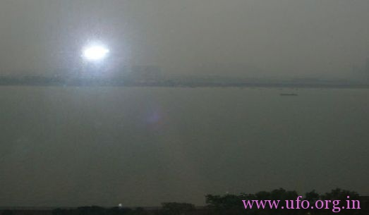钱塘江边游玩回家后,发现照片里的UFO,大家一起分析下的图片