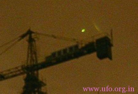 武汉记者在拍雷电,无意拍到数个UFO光团飞过武汉上空的图片