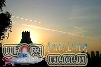 南宁上空突现UFO快速飞过无声留白烟的图片