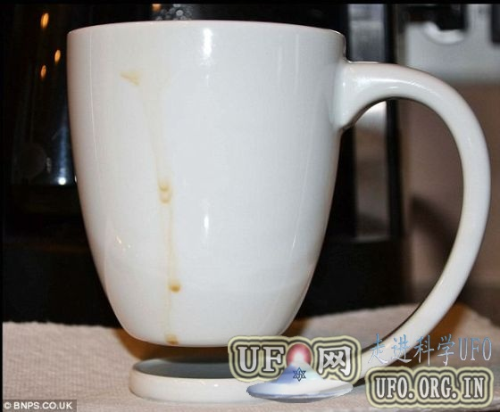 咖啡爱好者设计悬空咖啡杯:杯把充当杯垫的图片 第2张