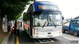 韩国推新型无线充电公交车:边行驶边充电的图片 第1张
