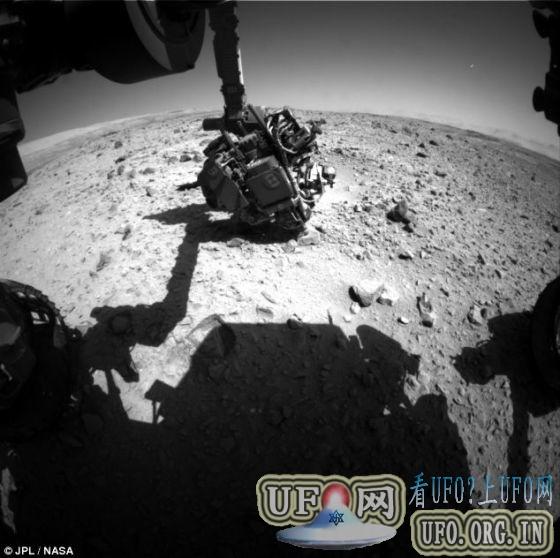 """美国宇航局""""好奇号""""火星车,拍到明亮UFO的飞行轨迹的图片"""
