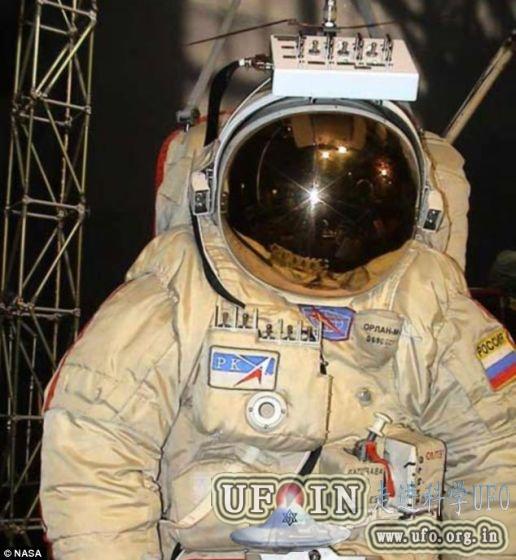 废弃航天服飘出空间站画面似《地心引力》的图片 第5张