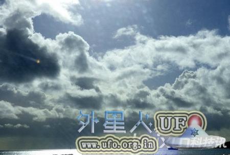 英国老人成功拍到三角形UFO惊现康沃尔郡芒茨海湾海滨度假胜地的图片 第1张
