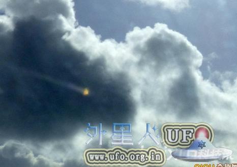 英国老人成功拍到三角形UFO惊现康沃尔郡芒茨海湾海滨度假胜地的图片 第2张