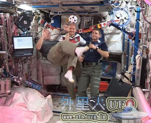 """宇航员在太空踢""""失重足球""""为世界杯祝福的图片"""