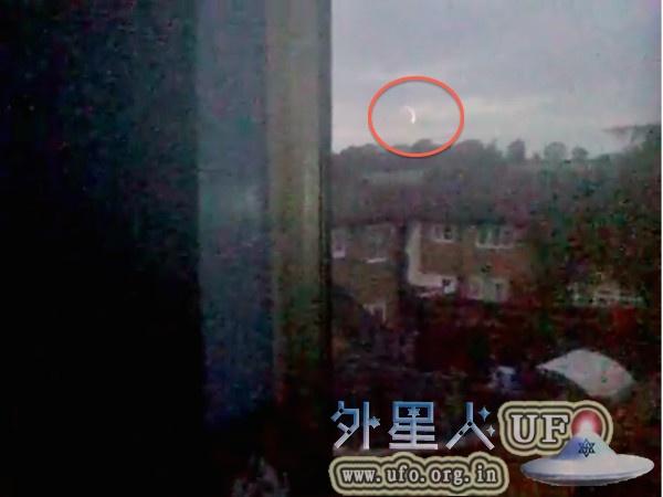 英国美少女拍到火球UFO会跳舞,不停在空中打转的图片