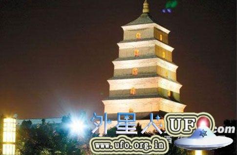 游客夜览西安意外拍到大雁塔上空的UFO的图片