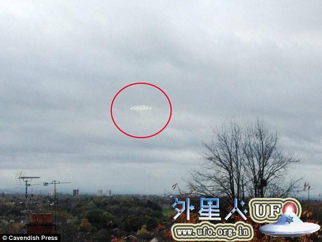 英国曼切斯特上空惊现UFO 感觉像被外星人往上拉2014年11月7日的图片