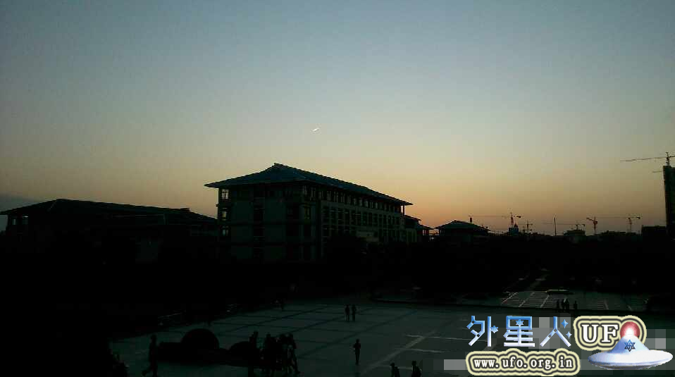 武汉上空出现UFO 椭圆形红光由北向南划过的图片