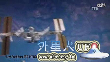 近距离靠近国际空间站的两个外星飞船的图片