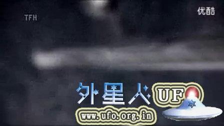 监视国际空间站的两个外星飞船的图片