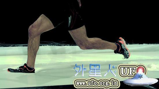 """图为在撒有大量淀粉的游泳池水面上奔跑。(出自NHK""""大科学实验 水上竞技会"""") 第3张"""
