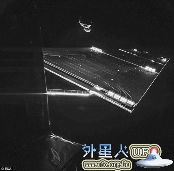 上周,罗塞塔飞船还传回了另外一张自拍照,展示了它40米长的太阳能帆板的一部分,在黑暗的太空中闪闪发光。这张图像拍摄时它距离彗星约50公里 第2张