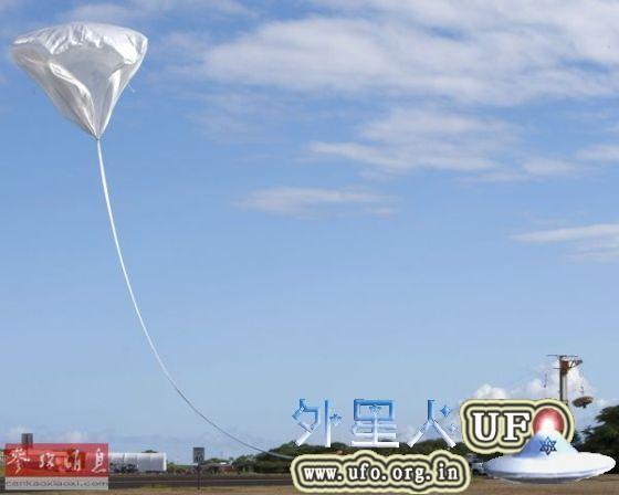 NASA碟形飞船28日在成功进行火星登陆测试后坠入太平洋。图为正在释放的高空气球拖拽飞船起飞。(美国全球之声网站)