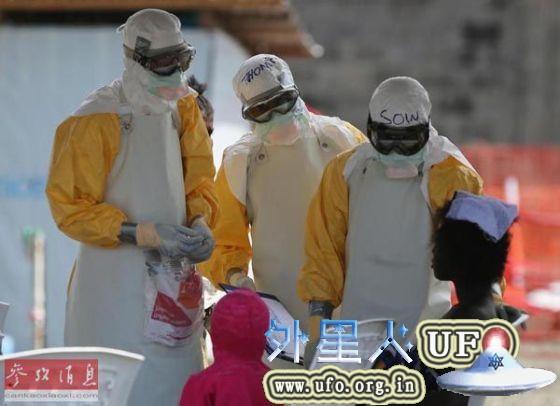 西非利比里亚疫区,几名医护人员正在为一名埃博拉感染者查体。(美联社) 第1张