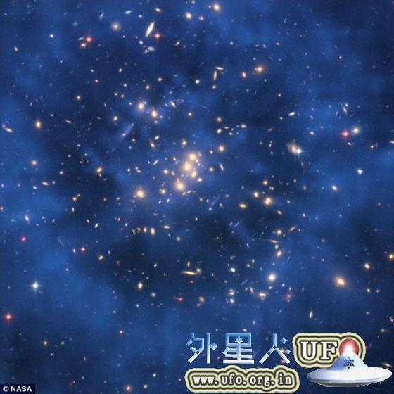 科学家们发现数据显示在与暗能量的相互作用过程中,暗物质正在逐渐减少。这张照片是采用哈勃空间望远镜拍摄图像合成的,展示的是星系团CI0024+17。 第2张