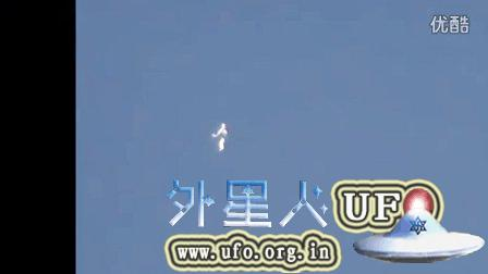 人形发光UFO如外星宇航员在美国洛杉矶上空漂浮的图片
