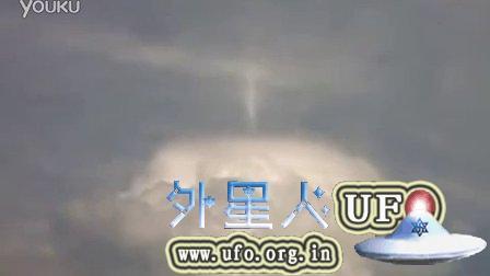 帽状云上移动弯曲的白光UFO的图片
