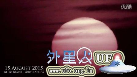 穿过太阳表面的2个巨大UFO的图片