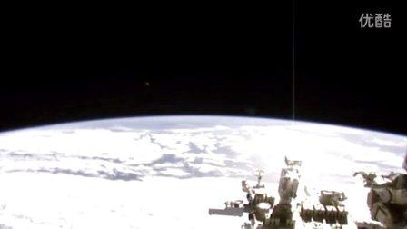 2015年10月17日国际空间站白色光球&右侧光柱UFO的图片
