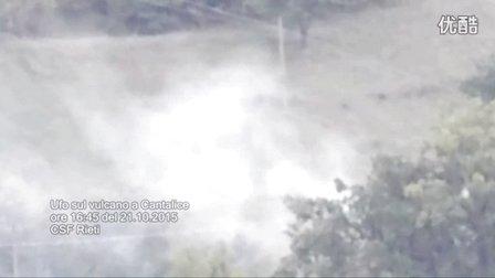 2015年10月21日意大利火山喷发时山间白色移动光球UFO的图片