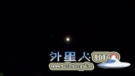 2015年11月25日泰国月亮周围的白色移动光点UFO的图片