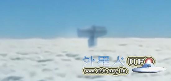 传乘客飞机上拍到巨型UFO物体 外形似雷神之锤