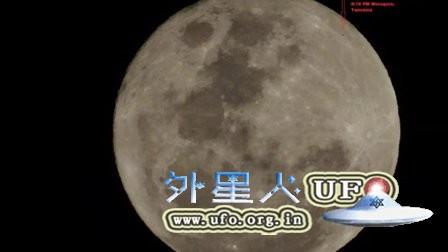 2015年12月25日圣诞夜满月上的UFO的图片