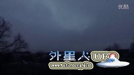 2016年2月乌云中环形发光UFO(真伪自辩)的图片