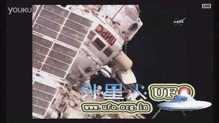 国际空间站宇航员太空行走时拍到飞船的图片