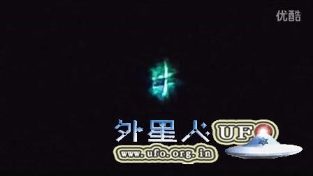 2016年2月18日纽约罗马市哑铃样彩色变形发光UFO的图片