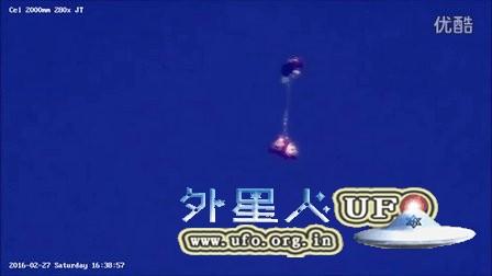 201年2月27日上下线性连接的气球样UFO的图片