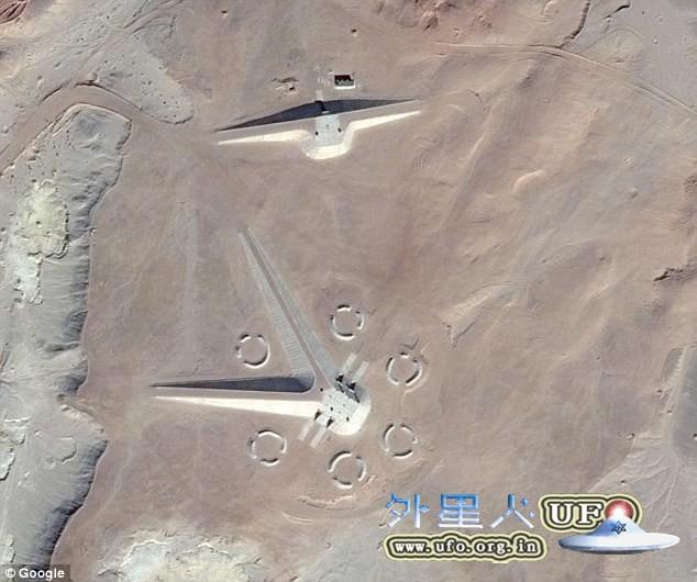 谷歌地图在埃及沙漠中拍到神秘建筑 引发UFO猎人狂猜的图片 第1张