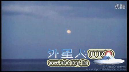 2014年11月15日波兰海上空UFO放出大量的小型USO慢慢进入海洋的图片