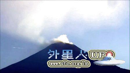 2016年4月巨大的雪茄形UFO飞过墨西哥火山的图片