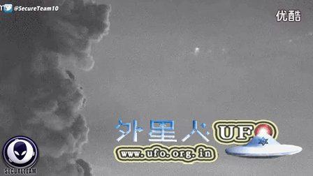 2016年4月8日印度尼西亚锡纳朋火山喷发时拍到三个悬停的UFO的图片