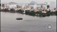 巨大UFO惊现巴西,直升机抵近跟拍,其在民众的围观中飞升而去的图片