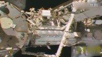 疑似UFO暗中监视宇航员修复太空飞船的图片