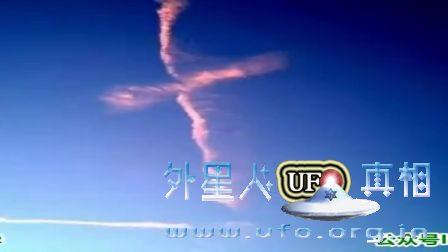 天空中拍摄到的十字架云的图片