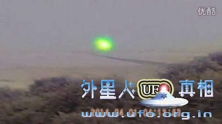 半空中的绿色强光UFO逐渐变暗消失的图片