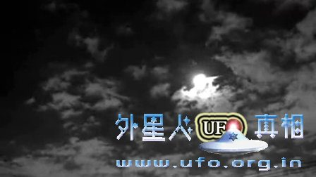 UFO出现在夜空之中的图片