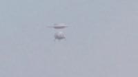 实拍两个UFO在天空中合体,并瞬间消失!的图片