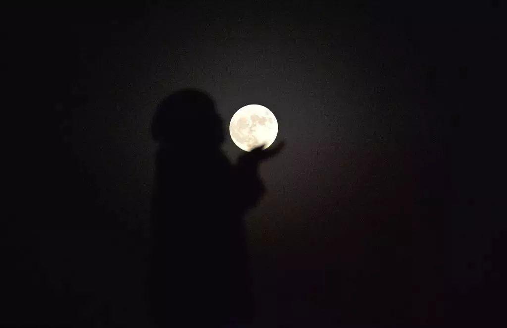 超级月亮合影姿势:单手撑月放嘴边(想吃月亮吗?) 第7张