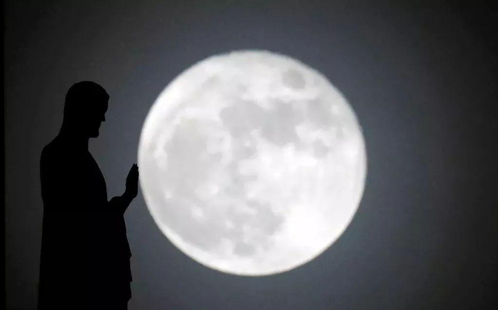 超级月亮合影姿势:单手推月亮 第5张