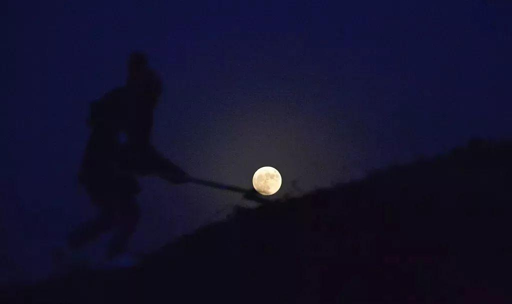 超级月亮合影姿势:打高尔夫月亮球 第6张