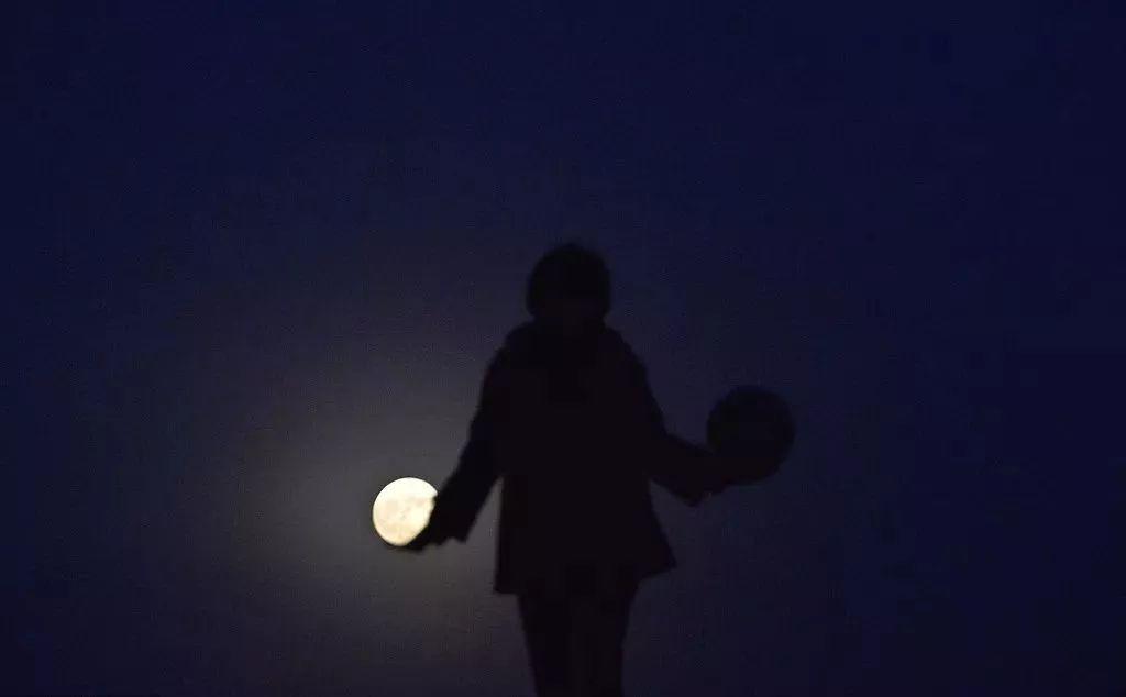 超级月亮合影姿势:左手托月球,右手抓皮球 第9张