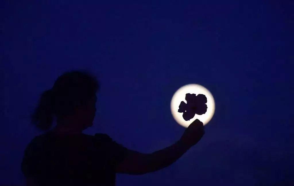 超级月亮合影姿势:月亮破了?我来修补! 第10张